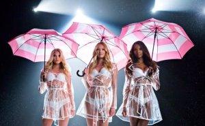 Foto: Los ángeles de Victoria's Secret dejan las alas por el paraguas (TWITTER)