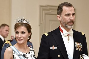 Foto: Reina Letizia deslumbra con su tiara de diamantes y vestida de Varela (REUTERS)