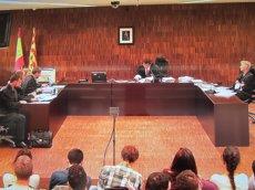 Foto: Fiscalia manté la petició de gairebé 6 anys de presó per a 13 joves per Can Vies (EUROPA PRESS)