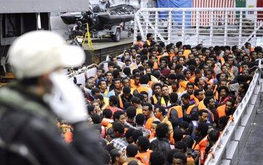 Foto: Un supervivent eleva a 950 el nombre d'ocupants del vaixell naufragat al Mediterrani (GIORGIO PEROTTINO / REUTERS)