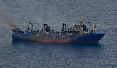 Foto: El mal temps impedeix la recollida de combustible del pesquer enfonsat a les Canàries (SALVAMENTO MARÍTIMO)