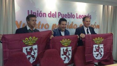 Foto: UPL regala banderas de León en protesta por el Día de la Comunidad (UPL)