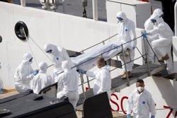 Foto: Arrestats el capità i un membre de la tripulació del vaixell naufragat dissabte al Mediterrani (DARRIN ZAMMIT LUPI / REUTERS)
