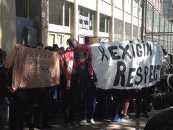 Foto: Successos.- Els alumnes es concentren a les portes de l'IES Fuster després de reunir-se amb psicòlegs (EUROPA PRESS)
