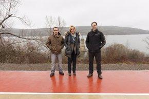 Foto: Las Rozas ejecuta una nueva senda peatonal para potenciar el uso turístico de la torre anegada por el pantano (GOBIERNO)