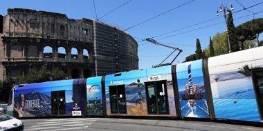 Foto: Tranvías con la imagen de Tenerife circulan por el centro de Roma (CEDIDA)