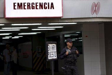 Foto: Ledezma sale del quirófano tras una intervención quirúrgica (CARLOS GARCIA RAWLINS / REUTE)