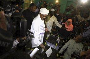 Foto: Al Bashir, reelegido presidente de Sudán con el 94,5 por ciento de los votos (MOHAMED NURELDIN ABDALLAH / R)