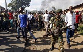 Foto: Burundi envía al Ejército para dispersar las protestas contra el presidente (THOMAS MUKOYA / REUTERS)