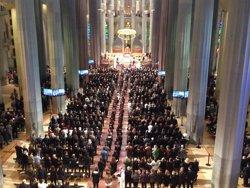 Foto: Els Reis donen el condol a les famílies de l'avió estavellat després de la cerimònia (EUROPA PRESS)