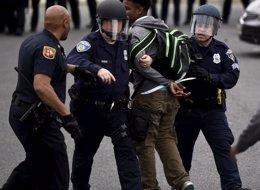 Foto: Al menos 15 agentes de Policía heridos y 27 manifestantes detenidos en los disturbios de Baltimore (REUTERS)