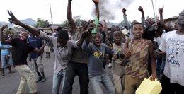 Foto: Cientos de personas se manifiestan por tercer día consecutivo en Burundi (THOMAS MUKOYA / REUTERS)