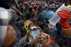 Foto: Rescatat amb vida un noi de 15 anys gairebé cinc dies després del terratrèmol (REUTERS)