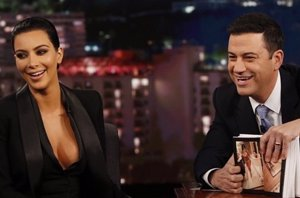 Foto: Kim Kardashian luce escotazo en el programa de Jimmy Kimmel (INSTAGRAM)