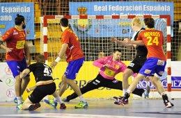 Foto: España vence a Alemania y se acerca al Europeo (RFEBM)