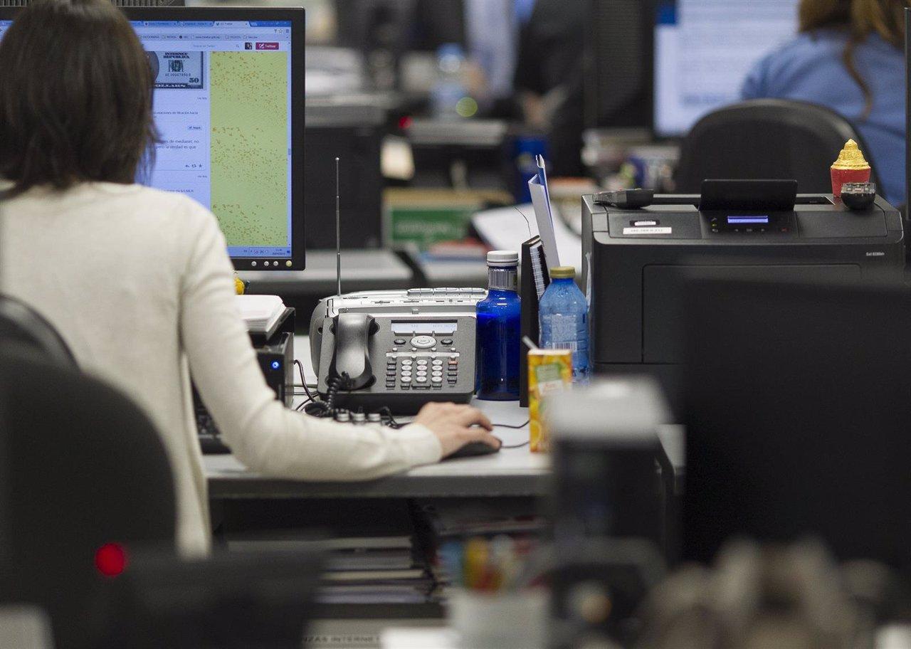 El paro baja en personas en abril en galicia for Oficina empleo ourense