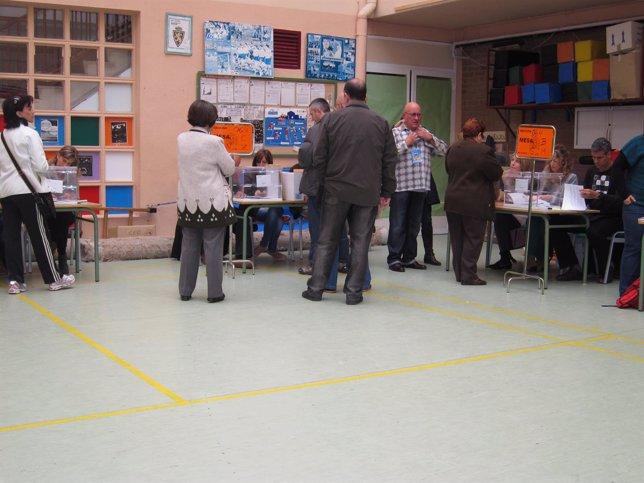 Personas Votando En Un Colegio Electoral De Zaragoza