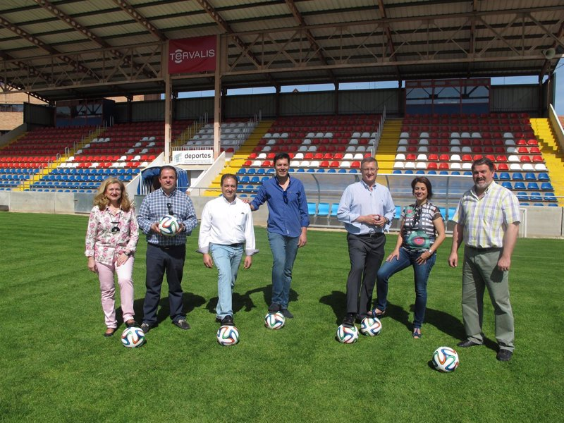 Blasco pp anuncia un nuevo campo de f tbol artificial en for Piscina climatizada teruel