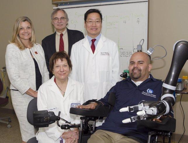 Logran que un paciente mueva un brazo robótico con el pensamiento