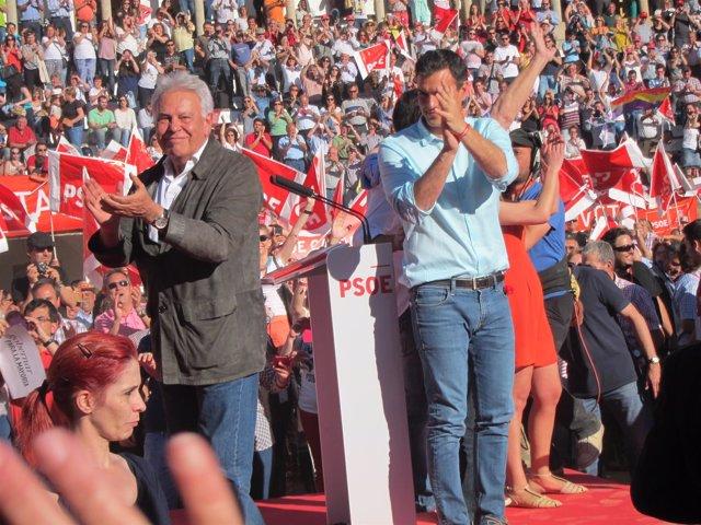 Felipe González y Pedro Sánchez en un mitin en Cáceres