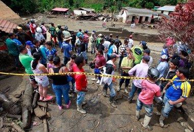Foto: Vecinos de Salgar despiden a 33 víctimas de la riada en entierro colectivo (COLPRENSA)