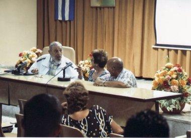 Foto: Fidel Castro reaparece en público en un intercambio con maestros queseros en Guatao (ESTUDIO REVOLUCIÓN/ GRANMA)