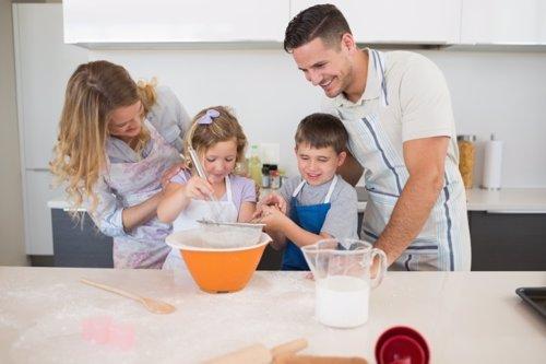 Niños y padres en la cocinando