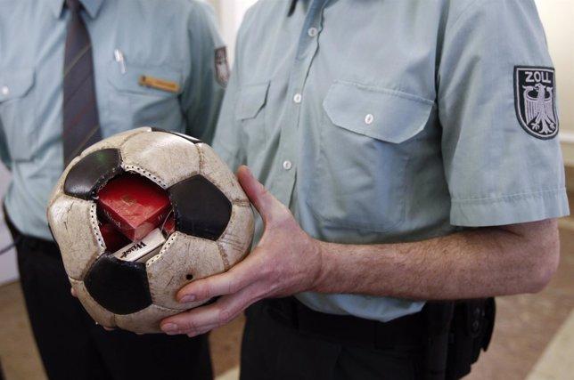 Pelota de fútbol con cajetillas de tabaco