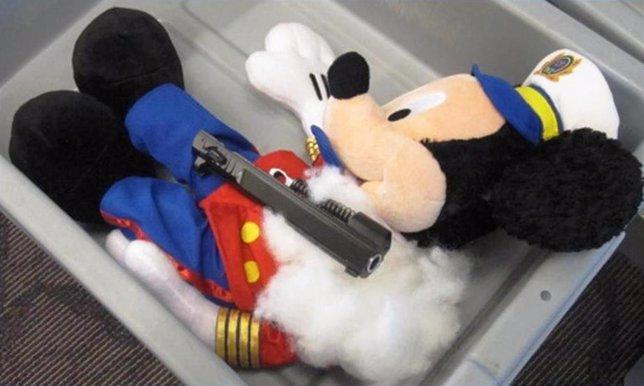 Peluche de Micky Mouse con un arma incautada en su