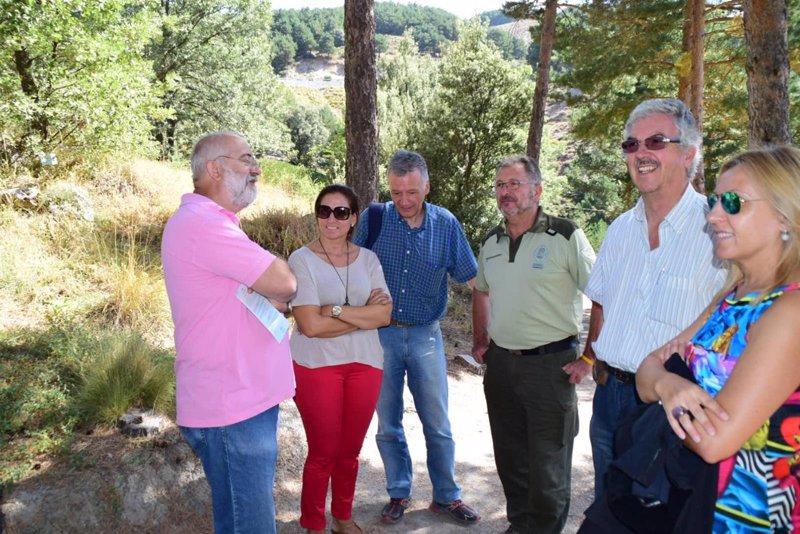 Unas personas visitan el jard n bot nico de hoya de for El jardin pedraza