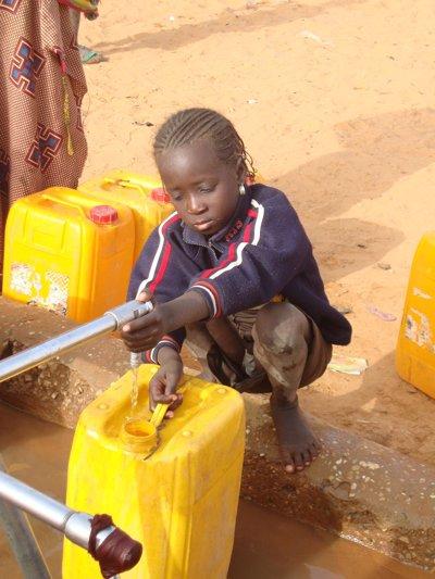 Miden el brazo de un niño en Mauritania para ver e