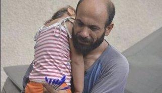 Más de 70.000 dólares para el refugiado sirio que vendía bolígrafos con su hija al cuello