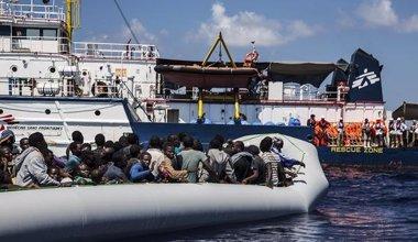 Foto: La misión de rescate de MSF salva a 128 inmigrantes que viajaban en un bote hinchable (MÉDICOS SIN FRONTERAS)