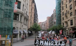 """Foto: El 'Movimiento pro Amnistía' reclama en Bilbao la amnistía de los presos de ETA y defiende que """"no son terroristas"""" (EUROPA PRESS)"""