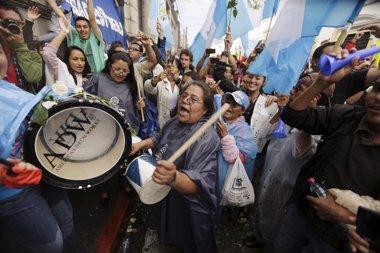 Foto: Guatemaltecos celebran con cohetes pérdida de inmunidad de Pérez Molina (JORGE LOPEZ / REUTERS)