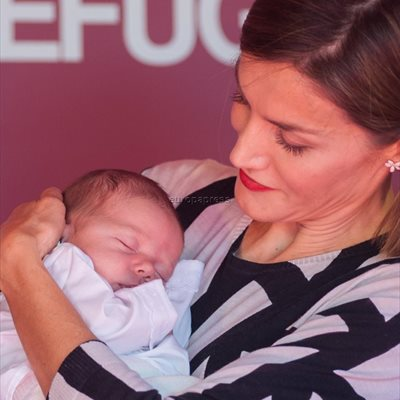 Foto: La Reina Letizia se deshace en mimos con un bebé recordando sus tiempos con Leonor y Sofía (REINA LETIZIA CON BEBÉ POR JOSÉ OLIVA/CHANCE)
