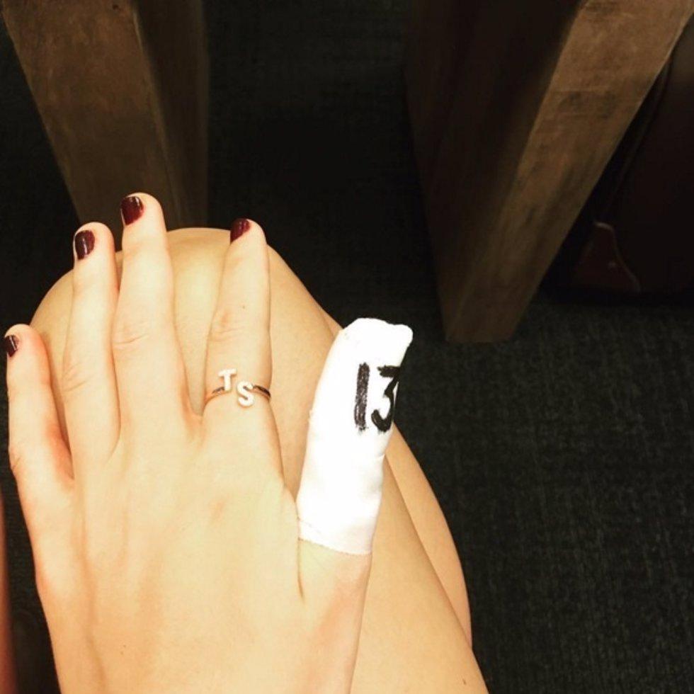 Taylor swift toca lesionada el espect culo debe continuar for El espectaculo debe continuar