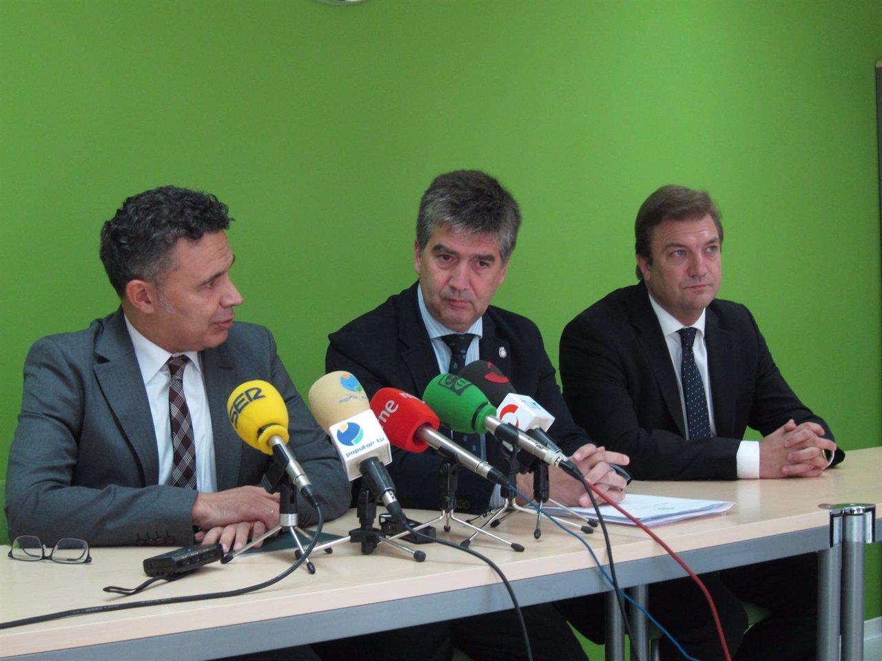 Cosidó, en el centro, con el consejero Escobar y el delegado del Gobierno Bretón
