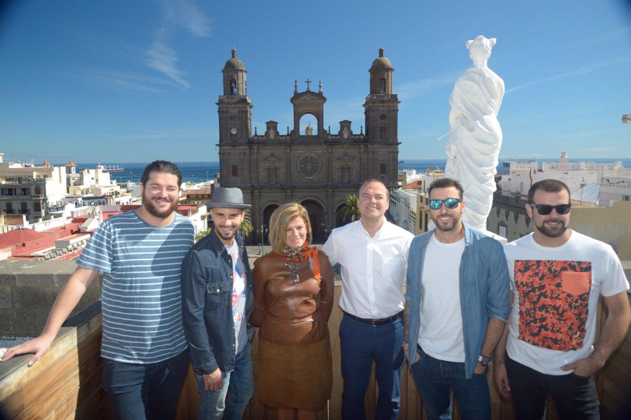 Los integrantes de Efecto Pasillo con Inmaculada Medina y Agusto Hidalgo