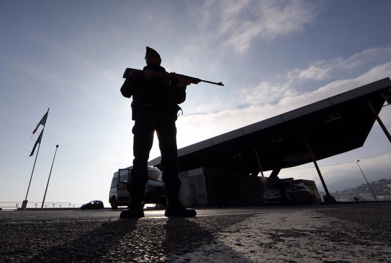 Policía francés armado en la frontera con Italia