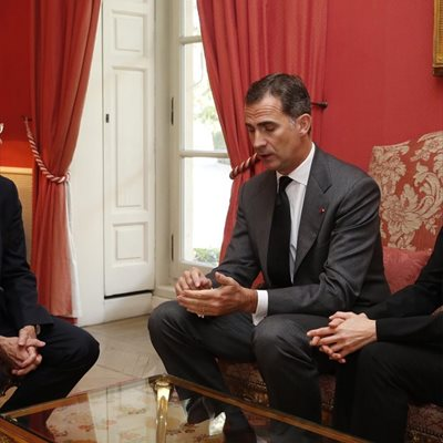 Foto: ¿Cómo recibieron los Reyes la noticia de los atentados de París? (REY FELIPE VI Y REINA LETIZIA CON EMBAJADOR DE FRA)