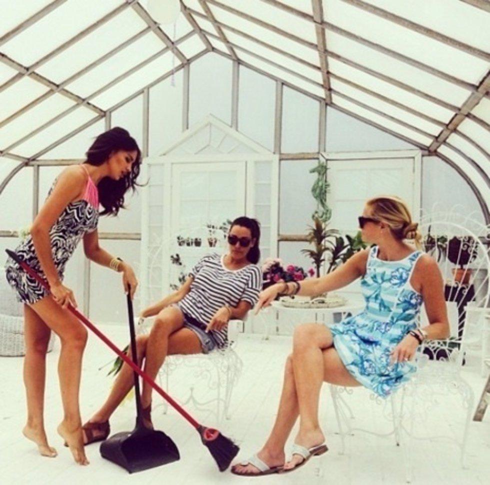 Instagram Irina Shayk barriendo con  escoba