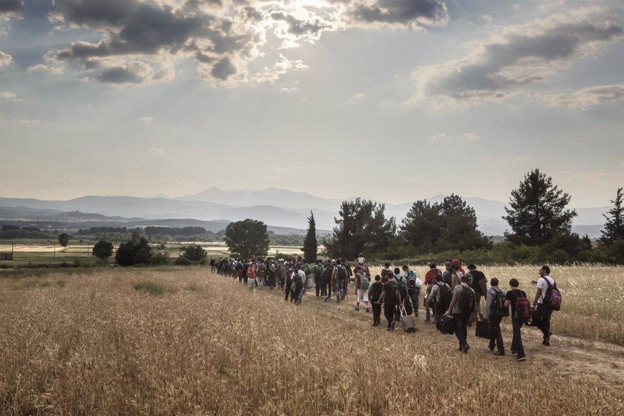 Un grupo de refugiados en la frontera entre Grecia y Macedonia