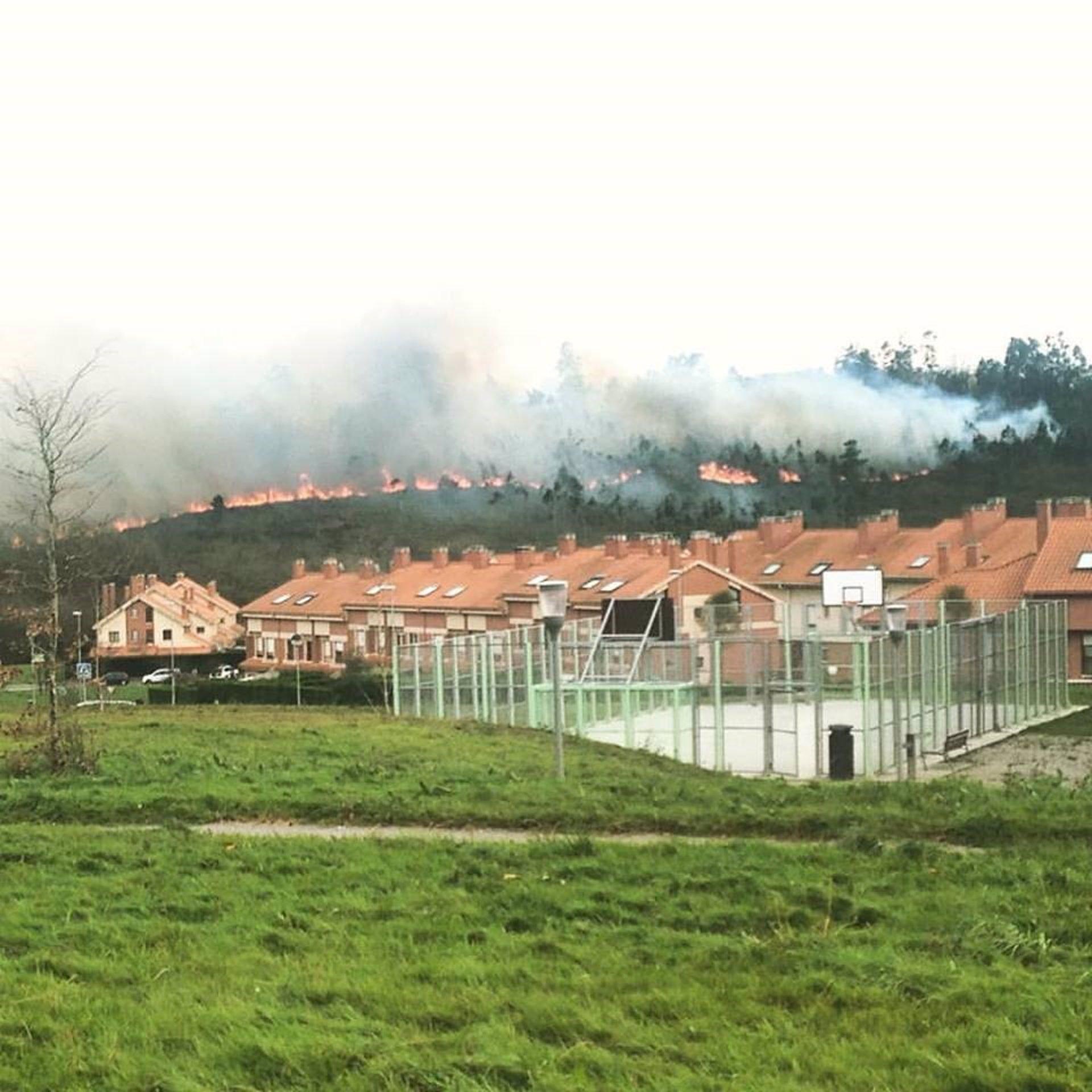 El fuego cerca de la urbanizaci n de la fresneda siero - El tiempo en siero asturias ...