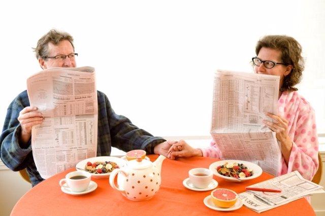 Pareja, hombre y mujer, desayuno, mano, tetera