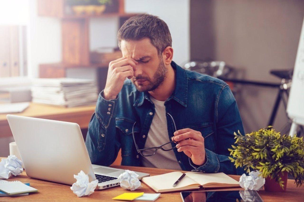 Hombre, cansado, trabajando, orgdenador, cansancio, estrés