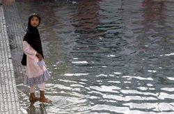 Moren més de cent nens al Pakistan per la insalubritat de les aigües i la malnutrició (CAREN FIROUZ / REUTERS)