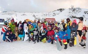 Foto: Sierra Nevada celebra el carnaval con la participación de 400 esquiadores disfrazados (EUROPA PRESS/CETURSA)