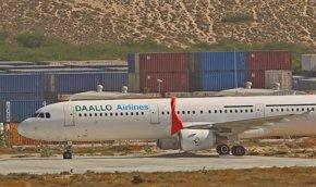 Foto: Dos trabajadores del aeropuerto entregaron el ordenador con la bomba que explotó en un avión somalí (FEISAL OMAR / REUTERS)
