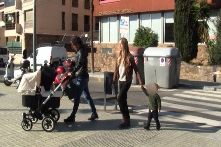 Puyol y Vanesa Lorenzo en el parque con sus hijas